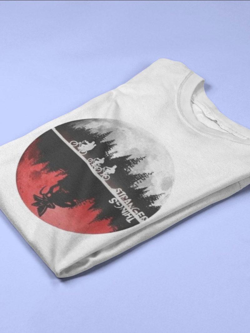 camiseta de stranger things mundos paralelos doblada