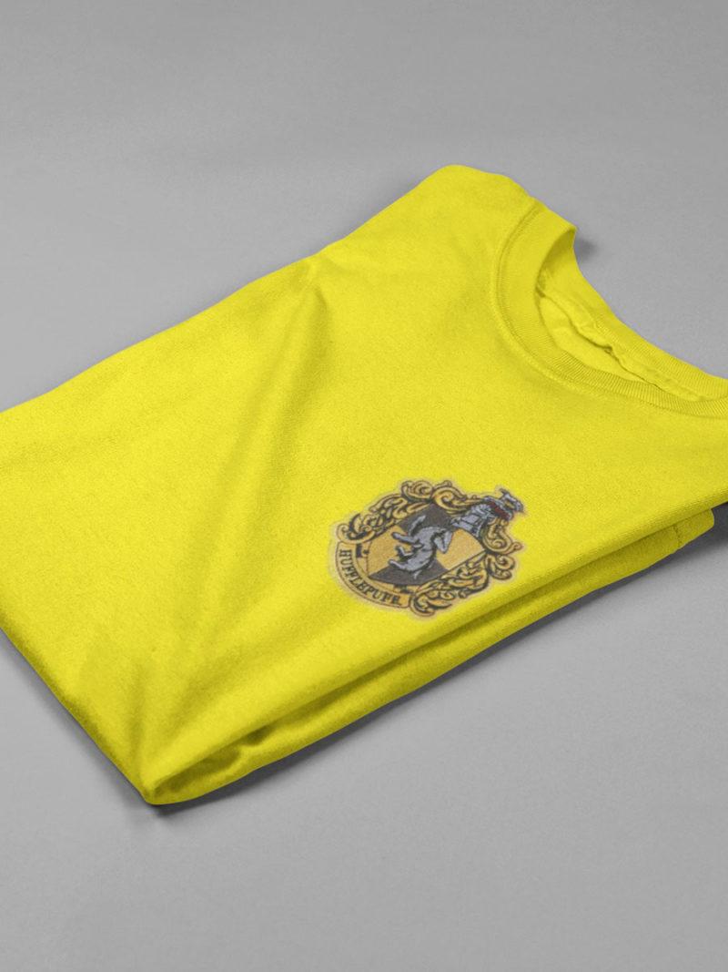 camiseta hufflepufe amarilla doblada