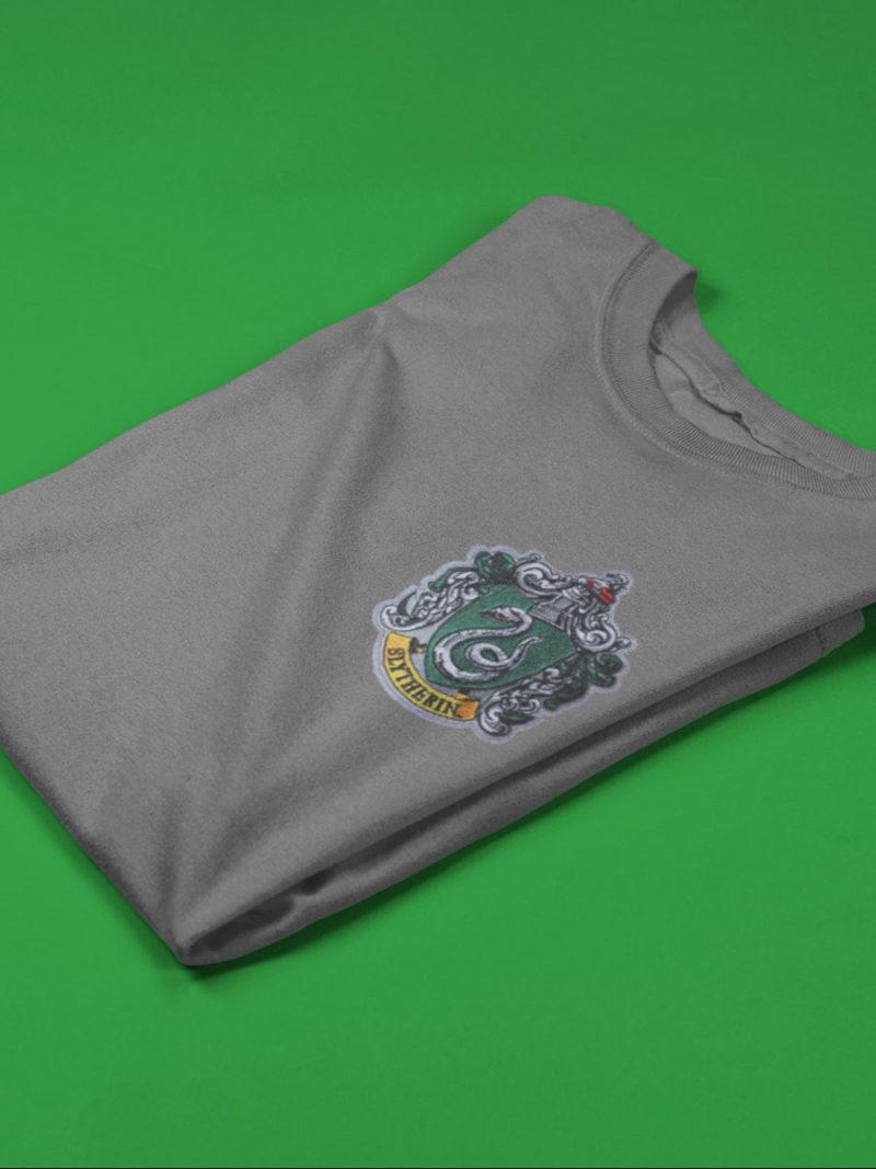 camiseta slytherin gris doblada